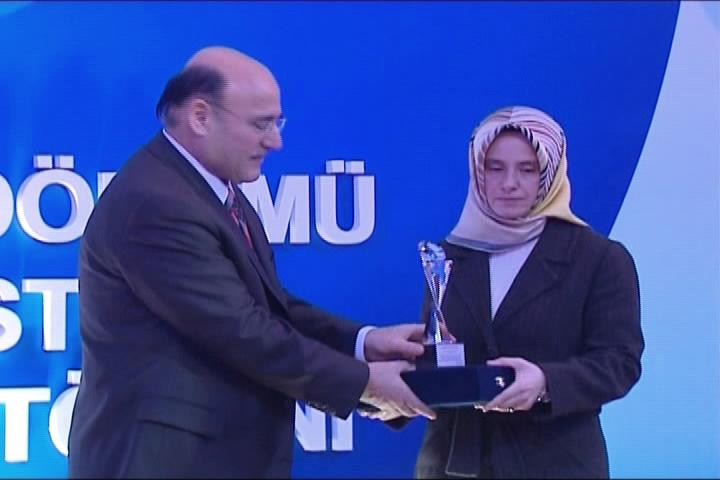 Arzu Kadumi, wife of missing Alhurra journalist Bashar Fahmi, receives the Ibrahim Keresteci Press Awards on his behalf.