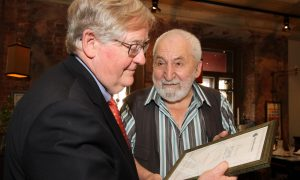 Alexey Simonov , President of Glasnost Defense Foundation  in Moscow, presents Victor Ashe with a certificate of appreciation