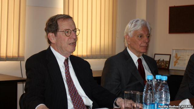 US Ambassador Richard Morningstar and RFE/RL Acting President Kevin Klose at RFE/RL's Baku bureau, 15Jul2013