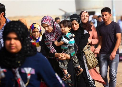 Refugees fleeing from Mosul head to the self-ruled northern Kurdish region in Irbil, Iraq, 350 kilometers (217 miles) north of Baghdad, Thursday, June 12, 2014. (AP Photo)