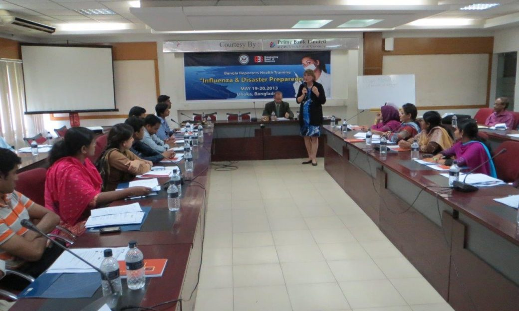 Women lectures a group of participants