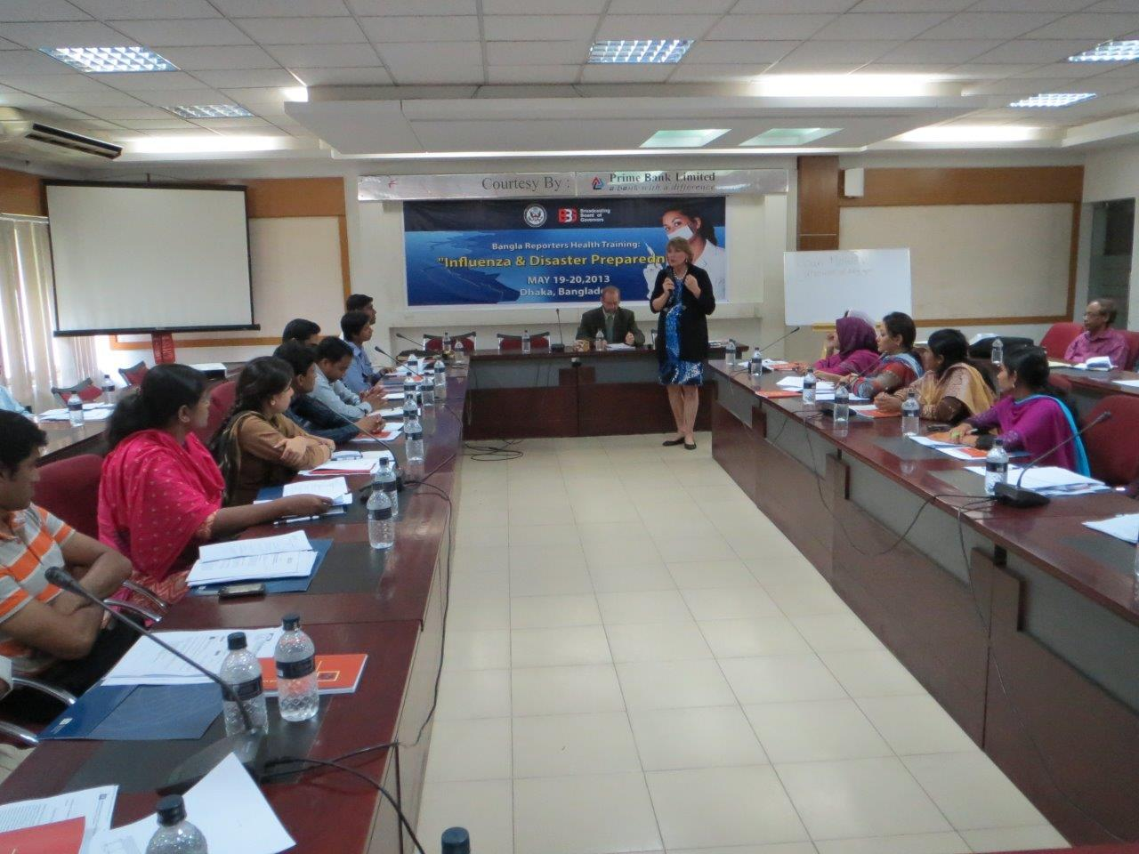 Women lectures a group of participants