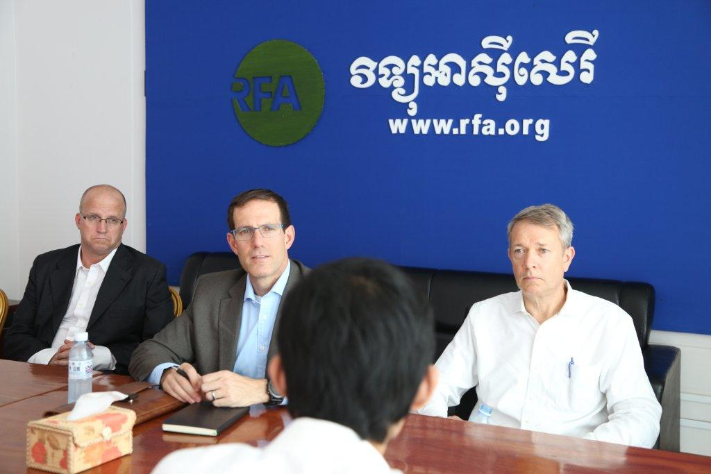 VOA Khmer Service Chief Chris Deschard (l), Matt Armstrong (c) and VOA East Asia & Pacific Division Director Bill Baum (r) meet with RFA staff in Cambodia.
