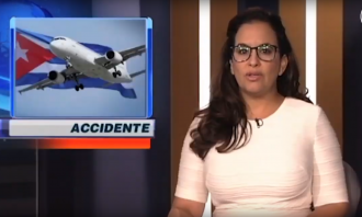 woman with glasses reports from anchor desk with an image of a plane and the word accidente over her right shoulder